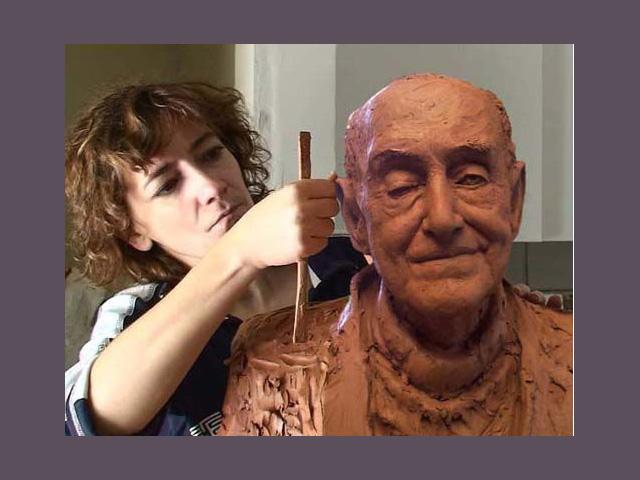 Alicia huertas trabajando en el busto de fernando jimenez de gregorio